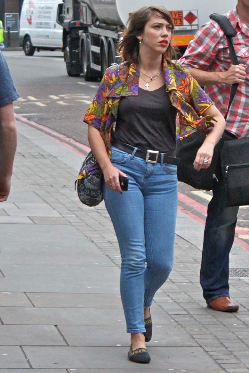 red lips, printed top, high waist jean